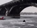 В Киеве мужчина упал с моста в реку: Чудом спасли