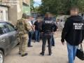 Одесский чиновник, пойманный на взятке, убегал и на ходу рвал деньги