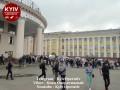На видео и фото показали огромную очередь у входа в киевское метро