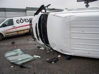 Под Киевом микроавтобус влетел в отбойник и перевернулся
