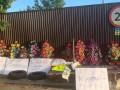Неизвестные подбросили гроб и венки в поселок, где живет Смолий