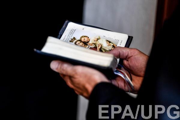 Украинцы взялись за ручное переписывание Библии и уже идут на рекорд