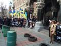 Протестующие привезли под здание НБУ шины