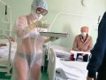 Медсестра пришла на работу в нижнем белье и прозрачном защитном костюме