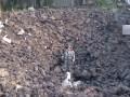 В Шахтерске во дворе частного дома образовалась воронка глубиной в несколько метров