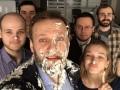 Сладкая месть: в Москве неизвестные бросили в Навального два торта