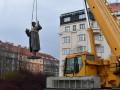 У него не было маски: в Праге снесли советский памятник
