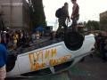 Под посольством РФ в Киеве перевернули машины и сорвали флаг
