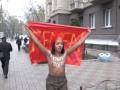Активистка Femen взобралась на памятник-пушку и призвала