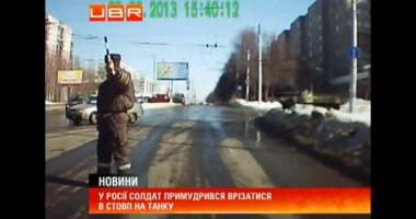 В России солдат умудрился врезаться в столб на танке
