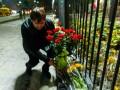 Бабченко: В Киеве десятки людей несут к посольству России цветы