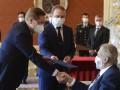 Президент Чехии начал передвигаться в инвалидном кресле