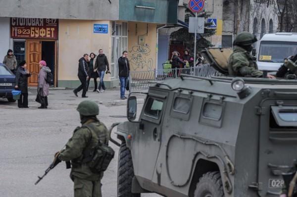 Российские военные, якобы призваны защищать местное население, спокойно наблюдают за происходящим