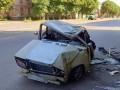 На Днепропетровщине легковушка опрокинулась, врезавшись в стену