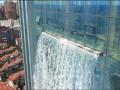 В Китае на небоскребе создали 100-метровый водопад