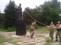 На Донбассе повалили первый памятник Ленину (видео)