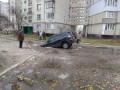 В Сумах автомобиль провалился под асфальт