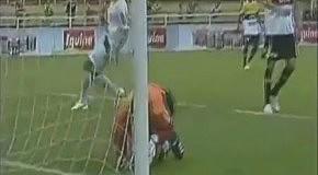 Вратарь сам закинул мяч в ворота