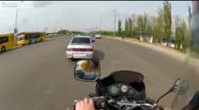 Таксист отгребает от байкера
