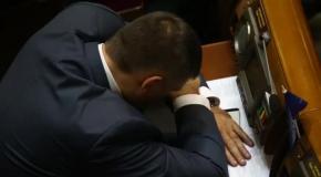 Мирошниченко заснул в первый рабочий день новой Рады