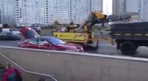 В Киеве заметили дедушку на Tesla, который продавал мед у метро