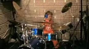 Пацан шпарит на барабанной установке по взрослому