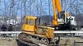 Рабочие уронили в реку бульдозер и кран