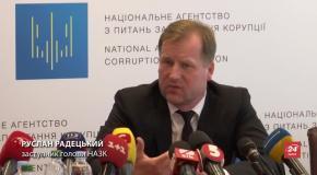 Українцям пообіцяли перевірити декларації Порошенка та урядовців
