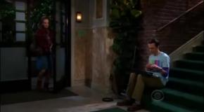 Шелдон Купер играет на терменвоксе