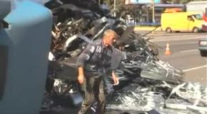 В Киеве перевернулась большая фура, есть раненые