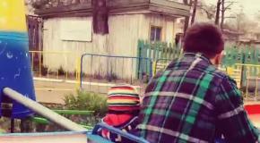Ломаченко катает сына на совестком аттракционе