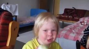 Девочка обожает есть лук