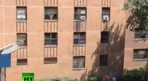 Мужчина ловит выпавшую из окна девочку