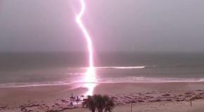 Удар молнии в море