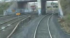 Парень чуть не попал под колеса поезда