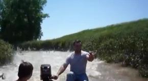 Рыба выбрасывается из реки