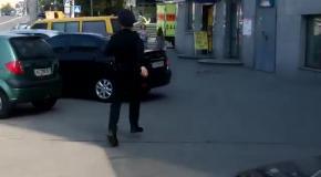 Полицейские регулируют движение руками. Без жезлов
