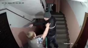 Видеокамера в обычном подъезде жилого дома в России