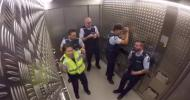 Полицейские зажигают в лифте