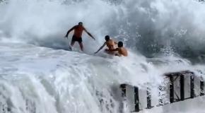 Мощная волна накрыла отдыхающих.