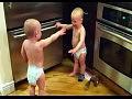 Близнецы в подгузниках устроили беседу