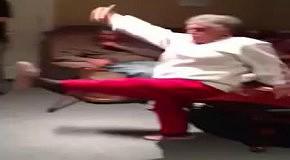 80-летняя бабушка играет в Кинект