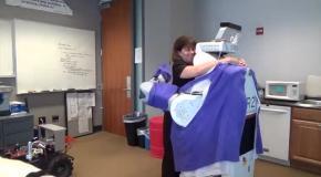 Роботов научили приятно обниматься