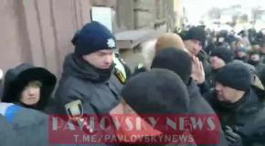 """""""Зелю геть! Порох Геть!"""" Под ГБР митингуют сторонники Зеленского и Порошенко"""