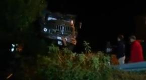 В Харькове грузовик, вылетевший с дороги, приземлился на крышу дома