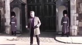 В Лондоне королевский гвардеец прогнал назойливого туриста