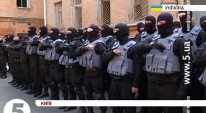 Бойцы батальона Азов читают молитву перед отправкой на Донбасс.