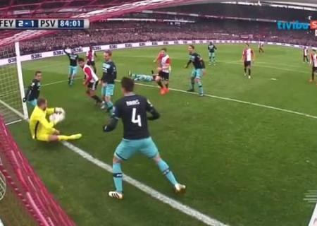 Голкипер голландского ПСВ пропустил мяч при попытке встать сгазона