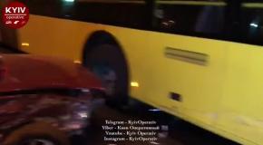В Киеве водитель внедорожника протаранил троллейбус