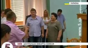 Под аплодисменты ЦИК принял протоколы выборов из рук главы ОИК Донецка